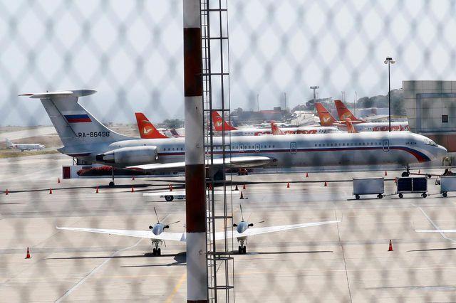 Một máy bay mang cờ Nga tại sân bay Simon Bolivar ở thủ đô Caracas, Venezuela hôm 24/3. (Ảnh: Reuters)