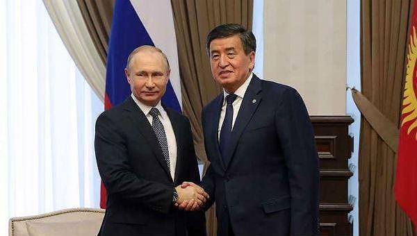 Tổng thống Nga Vladimir Putin và người đồng cấp Kyrgyzstan Sooronbai Jeenbekov