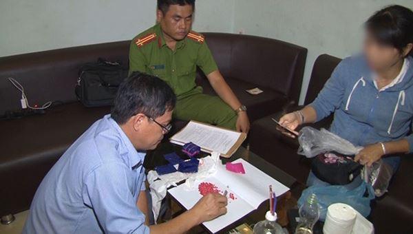 Lực lượng chức năng thu giữ hơn 2.000 viên ma tuý tại nhà đối tượng Minh
