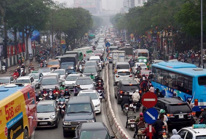Phố Thái Hà, dòng người và phương tiện lấp kín cả vỉa hè, lòng đường. Theo ghi nhận, nhiều tuyến phố khác cũng diễn ra tình trạng tương tự.