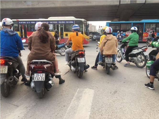 Vượt đèn đỏ hoặc dừng đèn đỏ trên phần đường của người đi bộ, dừng xe giữa ngã tư đèn đỏ... là hiện tượng khá phổ biến tại Hà Nội.