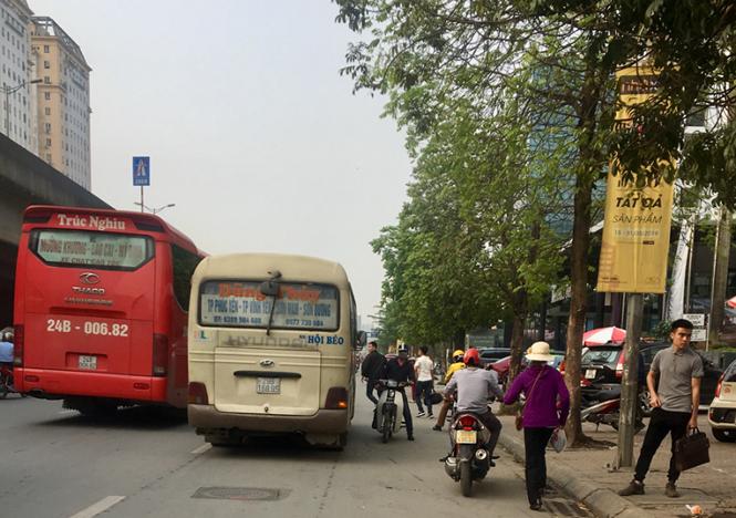 Xe máy đi ngược chiều trên đường Phạm Hùng dù đây là tuyến đường mật độ cao, thường có nhiều xe khách, xe tải di chuyển tốc độ lớn.