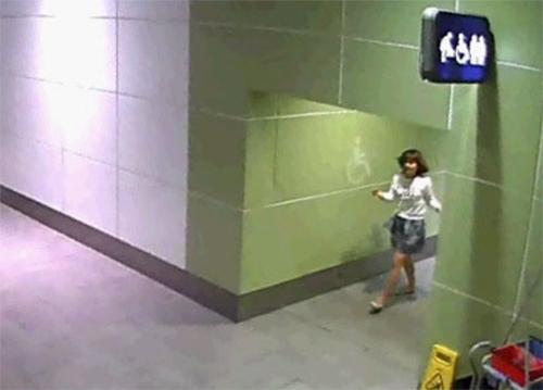 Đoàn Thị Hương đi ra từ nhà vệ sinh ở sân bay Kuala Lumpur sau khi xoa