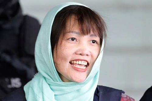 Đoàn Thị Hương vui mừng sau phán quyết của tòa án Malaysia ngày 1/4. Ảnh:AP