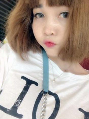 Đoàn Thị Hương mặc chiếc áo trắng có chữ LOL selfie tại khách sạn sau khi cắt tóc và trang điểm để chuẩn bị cho buổi quay hình hôm 13/2/2017. Ảnh:Asahi