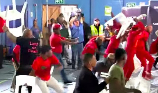 Nghị sĩ Nam Phi đánh nhau trong buổi phát sóng trực tiếp