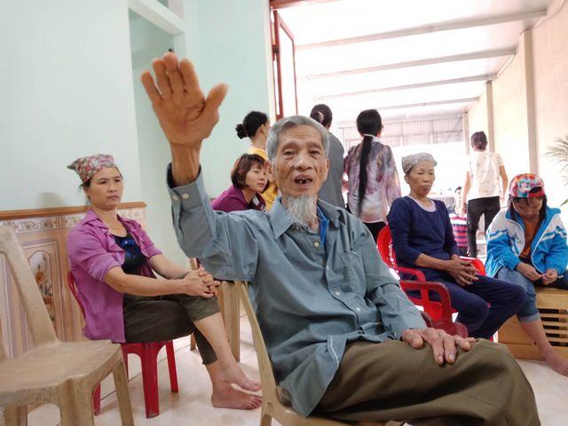 Ông Trịnh Văn Năm bức xúc cho biết nạn khai thác cát đang đe dọa đến nhà cửa, đất sản xuất của bà con.