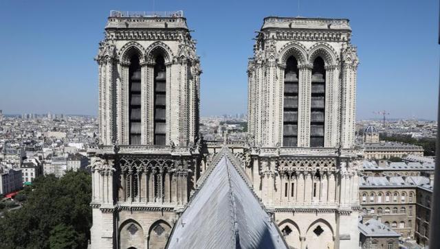 Tháp đôi Nhà thờ Đức Bà từng là công trình kiến trúc cao nhất tại Pháp trước khi Tháp Eiffel hoàn thành vào cuối thế kỷ XIX. Tháp chuông Bắc và Nam lần lượt được hoàn tất vào năm 1240 và 1250. Chuông chính của nhà thờ, Emanuelle, được đặt tại Tháp Nam. Nó đã rung lên vào những giây phút trọng đại trong lịch sử nước Pháp như thời khắc kết thúc Thế chiến II.