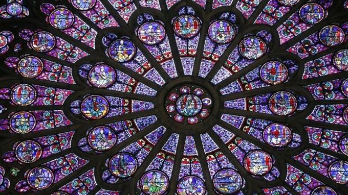 Cửa sổ hoa hồng là một trong những điểm nhấn ấn tượng nhất được bảo vệ chặt chẽ bên trong Nhà thờ Đức Bà Paris. Ra đời từ thế kỷ 13 và được lưu giữ tới nay, cửa được làm bằng kính với nhiều màu sắc, tạo thành những bức tranh tuyệt đẹp thu hút du khách tới thăm nhà thờ. Hệ thống ba cửa sổ hoa hồng với màu sắc rực rỡ là một trong những điểm nhấn đáng chú ý của nhà thờ. Mỗi khung cửa sổ mô phỏng những hình ảnh khác nhau, khi ánh sáng chiếu qua, nó sẽ làm không gian bên trong nhà thờ thêm phần lung linh, huyền ảo.