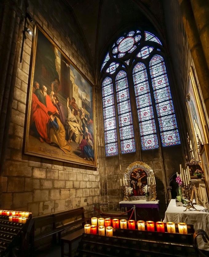 Hàng loạt tác phẩm điêu khắc, tượng và hội họa được lưu giữ tại Nhà thờ phác họa lại những cảnh tượng trong Kinh thánh và hình ảnh các vị thánh. Chúng đều có tuổi thọ vài trăm năm và được coi là những tác phẩm vô giá.