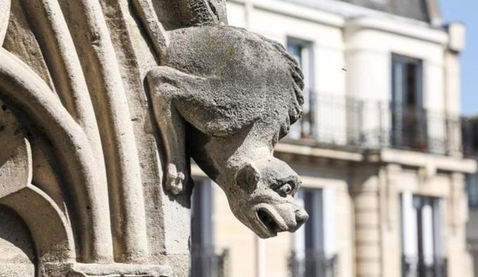 Ở cấu trúc bên ngoài, những bức tượng mô phỏng các sinh vật huyền bí mang tên gargoyle và chimera cũng là một nét đặc trưng của Nhà thờ Đức Bà Paris.