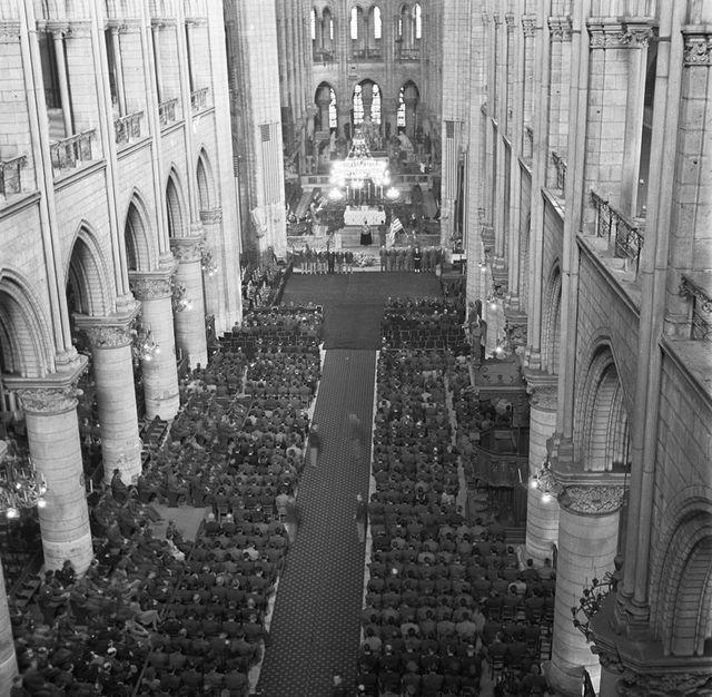 Các binh sĩ Mỹ bên trong Nhà thờ Đức Bà Paris trong lễ tưởng niệm Tổng thống Mỹ Franklin D. Roosevelt vào ngày 16/4/1945. (Ảnh: AP)