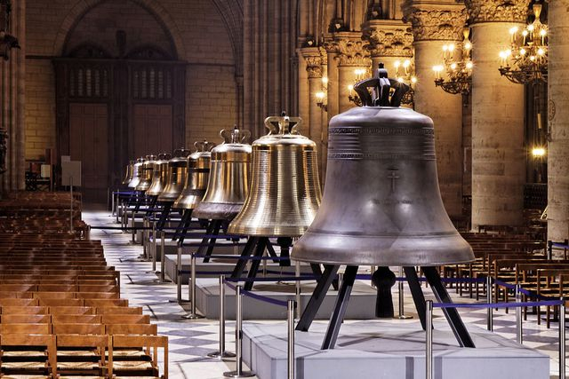 Nhà thờ Đức Bà Paris cũng nổi tiếng với 10 quả chuông đặc biệt, trong đó 9 quả chuông được đặt tên lần lượt là Marie, Gabriel, Anne-Genevieve, Denis, Marcel, Etienne, Benoit-Joseph, Maurice và Jean-Marie.