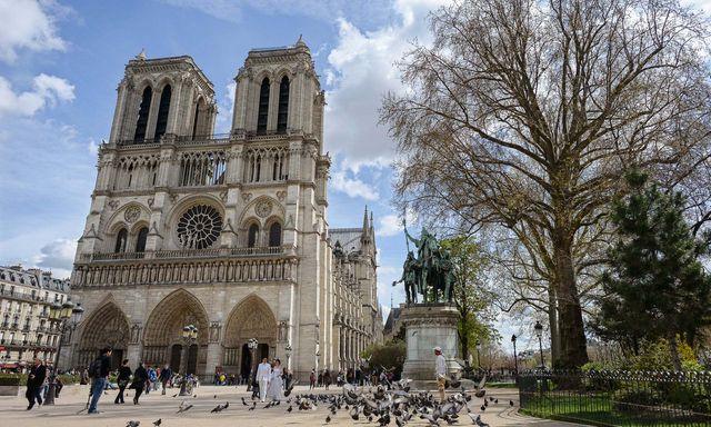 Bên ngoài Nhà thờ Đức Bà Paris. (Ảnh: EPA)