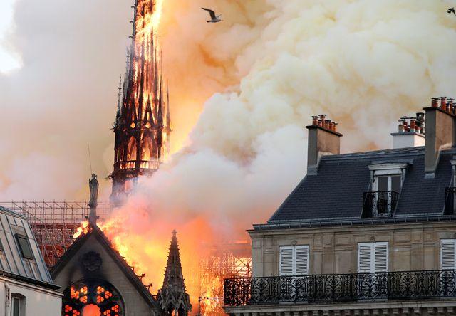 Phần tháp và mái vòm của Nhà thờ Đức Bà Paris bị cháy hôm 15/4. (Ảnh: Reuters)