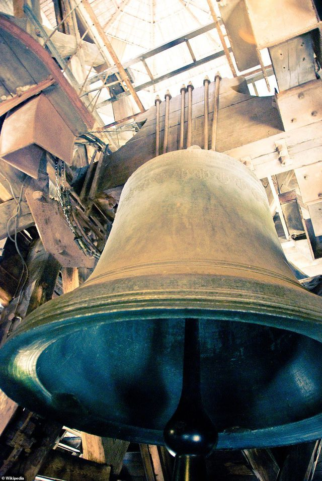 Quả chuông lớn nhất có tên Emmanuel (ảnh) nặng hơn 13 tấn và thường rung lên trong các sự kiện quan trọng tại Pháp.