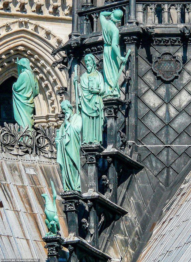 Nhà thờ Đức Bà Paris lưu giữ nhiều bức điêu khắc, tượng và tranh quý. Những tác phẩm nghệ thuật độc đáo này đã tạo nên dấu ấn riêng của nhà thờ, mang ý nghĩa quan trọng về tôn giáo và lịch sử. Trong ảnh: 16 bức tượng đồng đặt trên mái Nhà thờ Đức Bà Paris.