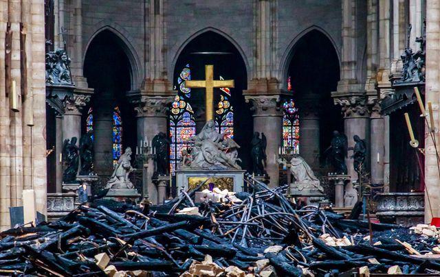Cảnh tượng ngổn ngang tại Nhà thờ Đức Bà Paris sau vụ hỏa hoạn. (Ảnh: Reuters)
