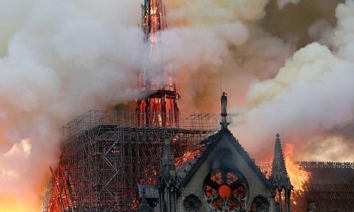 Phần tháp nhọn của Nhà thờ Đức Bà Paris bị thiêu rụi trong vụ cháy. (Ảnh:Reuters)
