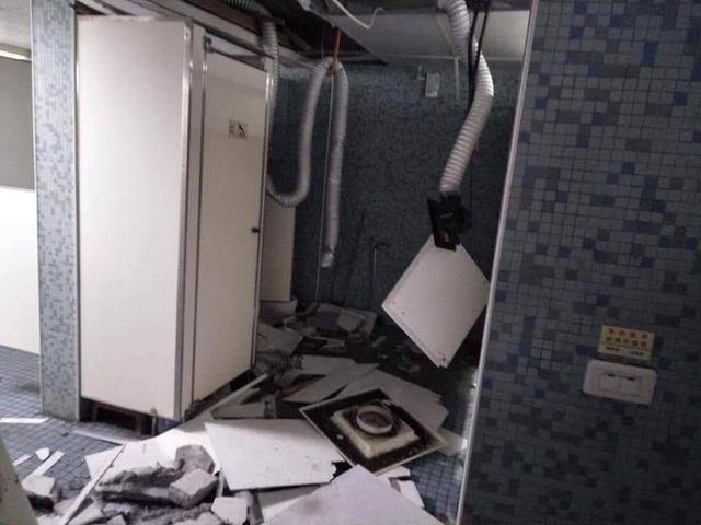 Đồ đạc, nhà cửa bị đổ sập sau vụ động đất.(Ảnh: SCMP)