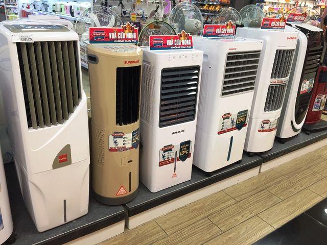 Các loại quạt hơi nước có giá từ 3,5 – 5,5 triệu đồng/chiếc. Ảnh: Đại Việt