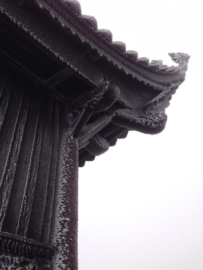 Băng tuyết bám quanh chùa Đồng - Yên Tử.