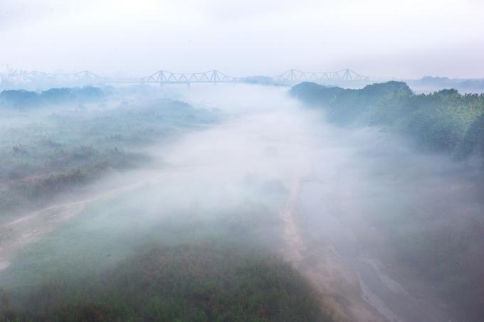 Cầu Long Biên như con Rồng uốn lượn trong sương mai. Ảnh: Phạm Thanh Hà