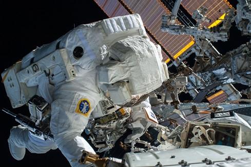 Phi hành gia Terry Virts thuộc NASA làm việc trên ISS ẢNH: REUTERS
