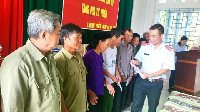 Báo Thanh tra, trao quà cho mẹ VNAH Vương Thị Dói và các gia đình thương binh, liệt sỹ.