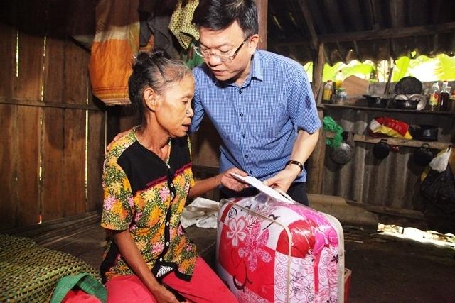 Bộ trưởng động viên thăm hỏi từng hộ gia đình.