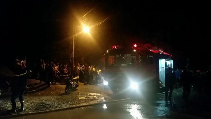 Nhận được tin báo, đội cứu hỏa điều gần chục xe chữa cháy đến hiện trường, nhưng do xưởng nằm sâu trong ngõ nhỏ nên công tác dập lửa gặp rất nhiều khó khăn.
