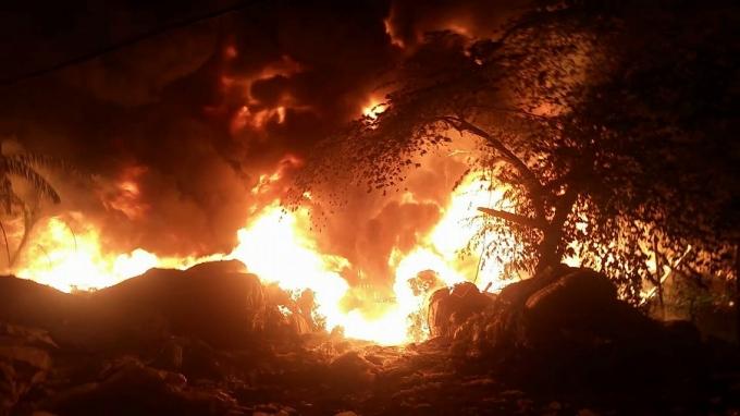 Video: Lại cháy lớn ở Nam Từ Liêm - Hà Nội, lửa đang thiêu rụi 3 xưởng chế biến nhựa