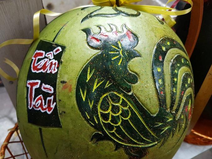 Những quả dưa hấu hút hàng nhất là dưa hấu khắc hình linh vật như gà, rồng, phượng, 12 con giáp....