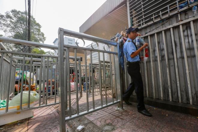 Bảo vệ bệnh viện cho biết, việc lắp rào chắn vỉa hè được chính quyền thi công vào khoảng giữa tháng 1.