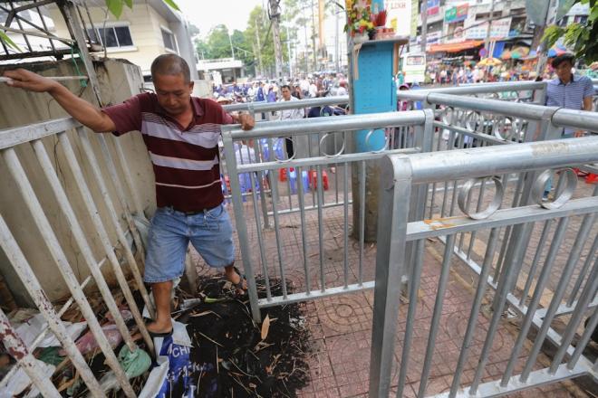 Vừa nhảy qua đống rác, ông Hoàng Thắng (quận 5) cho biết: