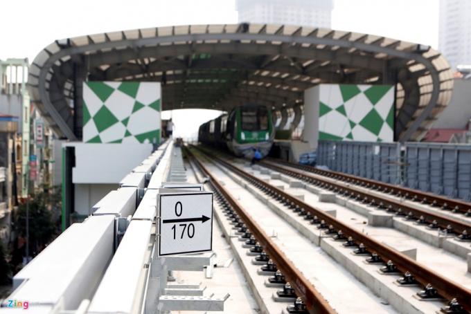 Mặt đường tàu được lắp đặt 2 làn ray cho 2 tàu chạy ngược chiều nhau. Ray tàu có khổ 1,435 m.