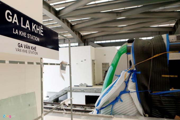 Đoàn tàu đang được đặt bên trong nhà ga La Khê, đủ kín để che nắng mưa hàng ngày.