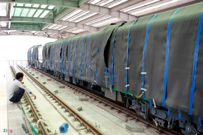 Tàu gồm 4 toa, tổng chiều dài khoảng 90 m, trong đó có 2 toa ngắn và 2 toa dài.
