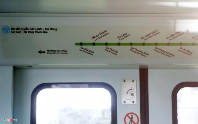 Bên trong tại cửa lên xuống có sơ đồ các ga dọc chặng từ Cát Linh (quận Đống Đa) tới các ga thuộc quận Hà Đông.