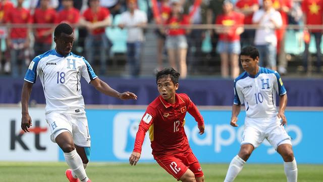 Hoàng Nam chơi khá xông xáo ở giữa sân và liên tục bị phạm lỗi