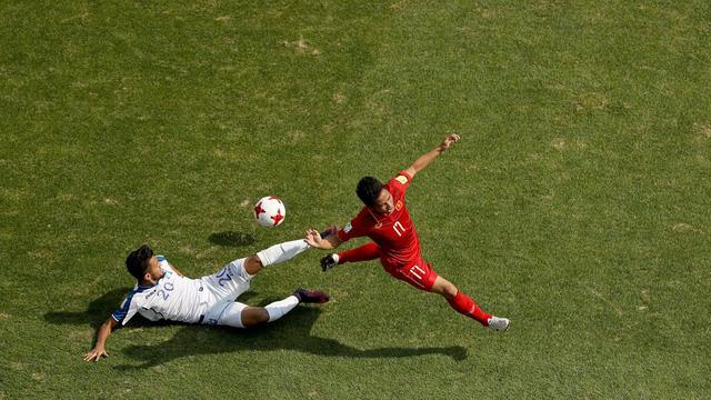 Tình huống cầu thủ Honduras chơi thô bạo với Trần Thành.