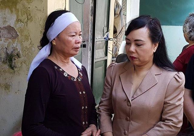 Bộ trưởng Bộ Y tế Nguyễn Thị Kim Tiến đến thắp hương, chia buồn tới các gia đình có bệnh nhận tử vong do sự cố sốc phản vệ khi chạy thận.