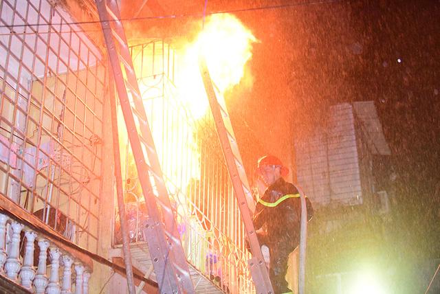 Rạng sáng nay 19/7, người dân phát hiện khói và lửa bốc ra từ ngôi nhà trong ngõ 41, phố Vọng (phường Đồng Tâm, quận Hai Bà Trưng, Hà Nội). Lực lượng cứu hoả sau đó đã có mặt tại hiện trường, nhanh chóng tiếp cận ngọn lửa.