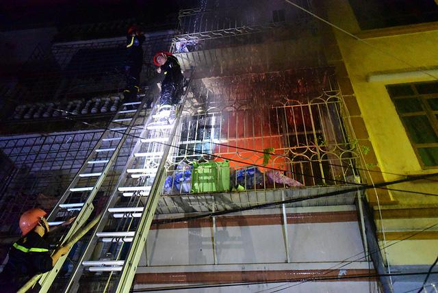 Căn nhà cao 4 tầng. Ngọn lửa cháy to từ tầng 2, lan sang các tầng khác. Lực lượng cứu hộ xác định, khi cháy, trong nhà có ba người.