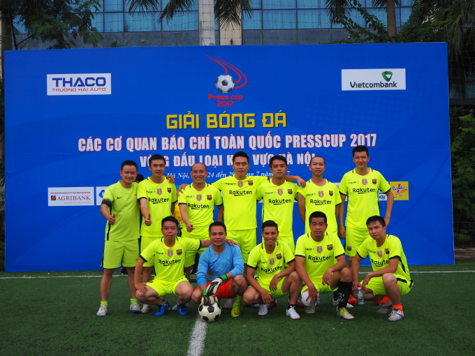 Đội bóng Pháp luật Việt Nam chụp ảnh lưu niệm trước trận đấu với đội bóng Thời báo Ngân hàng.