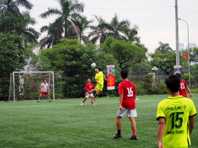 Trận đấu giữa Pháp luật Việt Nam và Thời báo Ngân hàng được khán giả và người hâm mộ đánh giá cao về thể lực cũng như lối đá.