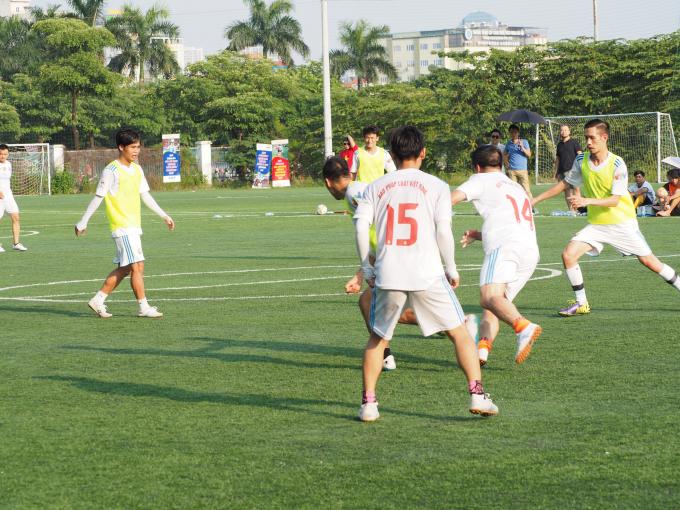 Các cầu thủ Pháp luật Việt Nam đang dồn lên tấn công để tìm kiếm bàn gỡ.