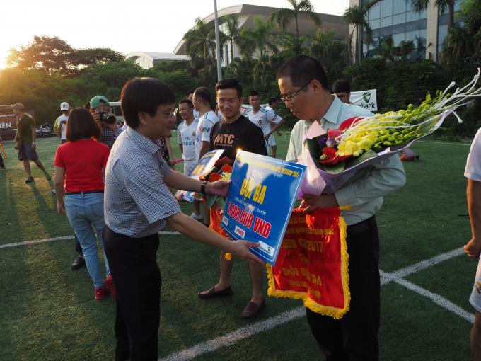 Ông Hồ Minh Chiến Trưởng Ban tổ chức trao đồng giải ba cho 2 đội Tiền Phòng và VOV.