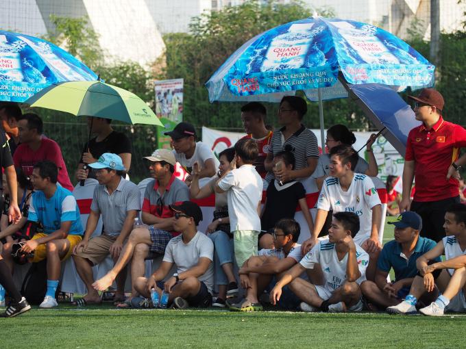 Mặc dù thời tiết trên sân khá năng nóng nhưng vẫn có rất nhiều cổ động viên tới cổ vũ các cầu thủ thi đấu.