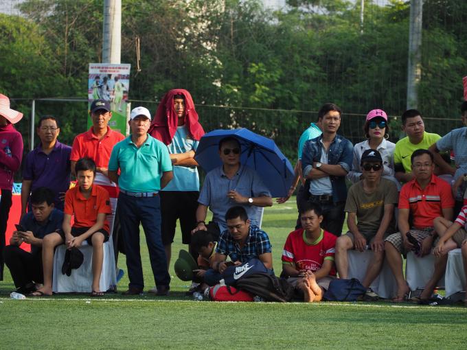 Tổng biên tập báo Pháp luật Việt Nam cũng ra sân cổ vũ cho các cầu thủ đội nhà.